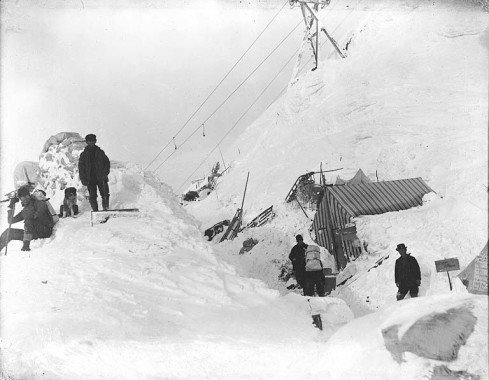summit_of_chilkoot_pass_depicting_aftermath_of_the_april_3,_1898_avalanche,_alaska_(hegg_49)
